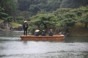 園内の湖を巡る和船。